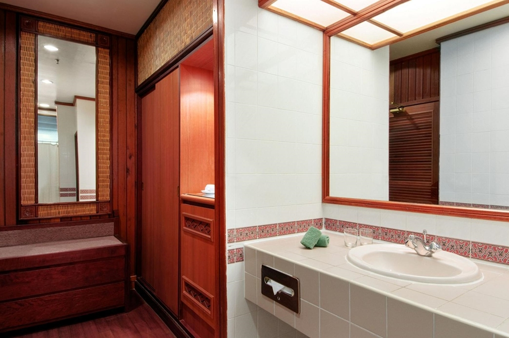 Queen Hilton Guest Room Bathroom