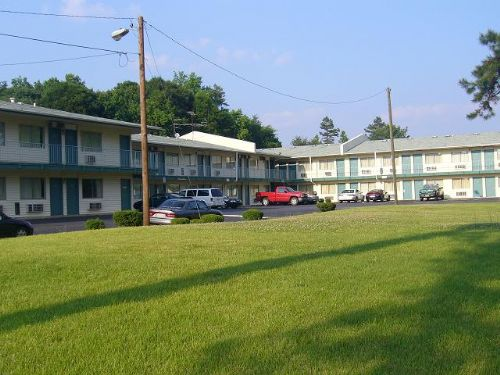 Royal inn suites charlotte north carolina hotel for Motels close to charlotte motor speedway